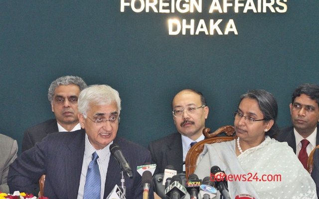 Indian External Affairs Minister Salman Khurshid and Bangladeshi Foreign Minister Dipu Moni at the press briefing