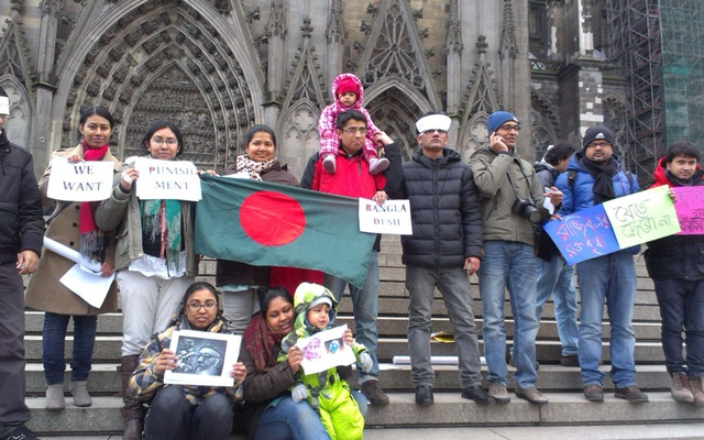 Bangladeshis in the German city of Cologne formed a human chain in front of Cologne Dome on Saturday in a show of support for the Shahbagh movement. They demanded death sentence for the killers of Bengalis and collaborators of West Pakistan forces in 1971 and a ban on the politics of Jamaat-e-Islami. Photo: bdnews24.com