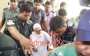Former Jamaat-e-Islami chief Ghulam Azam being taken to the International Crimes Tribunal-1 as the verdict on his trial is due