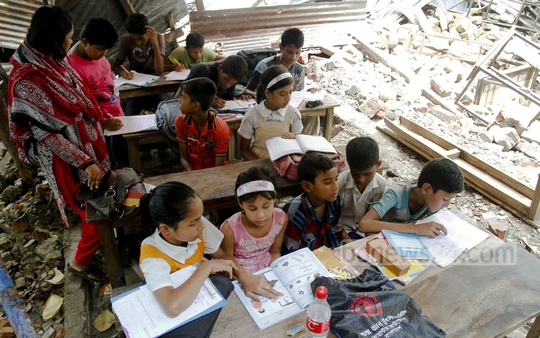 Shamajik Shikkhakendra Government Primary School on Bailey Road take classes and exams in the open air. The school was evicted two weeks ago by a court order. Photo: tanvir ahammed/ bdnews24.com