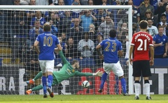 Leicester City's Leonardo Ulloa (2nd R) scores a penalty against Manchester United during their English Premier League football match at the King Power stadium in Leicester, northern England September 21, 2014. Reuters