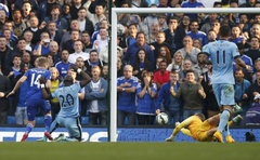 Chelsea's Andre Schurrle (L) scores a goal against Manchester City during their English Premier League football match at the Etihad stadium in Manchester, northern England September 21, 2014. Reuters