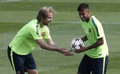 Barcelona's Neymar (R) jokes with his teammate Ivan Rakitic during their training session at Ciutat Esportiva Joan Gamper training grounds in Sant Joa Despi near Barcelona September 16, 2014. Reuters