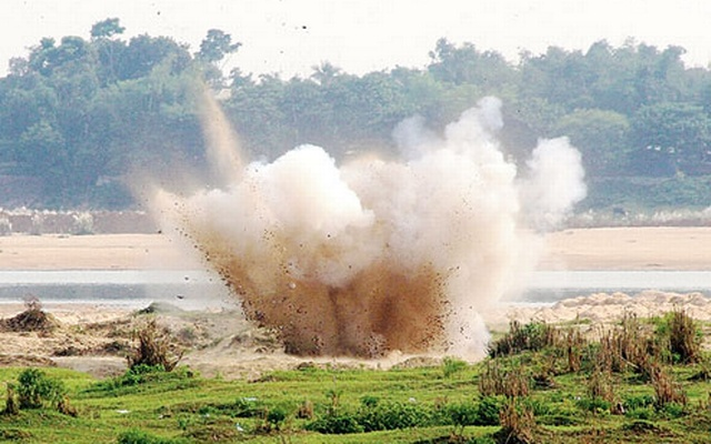 Bengal police detonate home-made bombs on the banks of Damodar before central agencies could examine them. Photo: The Telegraph