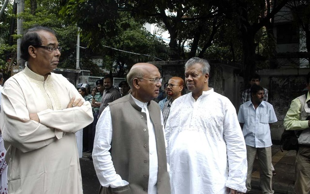Suranjit Sengupta (left) with fellow Awami League leaders Tofail Ahmed (centre) and Amir Hossain Amu (right) in front of Bangabandhu Memorial Museum to commemorate the party's 58th founding anniversary in June 2007.