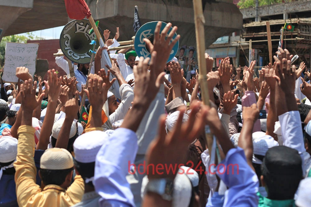 Hifajat activists block road at Jatrabari in Dhaka on Sunday in support of their 13-point charter of demands.