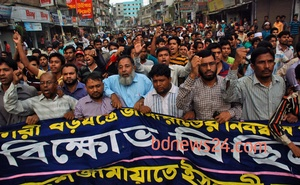File Photo: Jamaat-e-Islami supporters take out a procession at Jatrabari area in Dhaka on Aug 3, 2013 against the High Court verdict cancelling their party's registration.