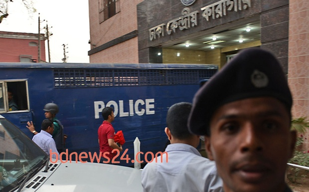 The International Crimes Tribunal courier takes Jamaat-e-Islami assistant secretary general Abdul Quader Molla's death warrant (wrapped in red cloth) to the Dhaka Central Jail