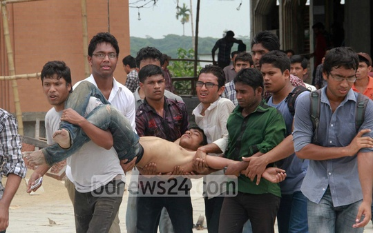 A student is injured in a clash between Barisal University students and RAB and police forces. Photo: bdnews24.com