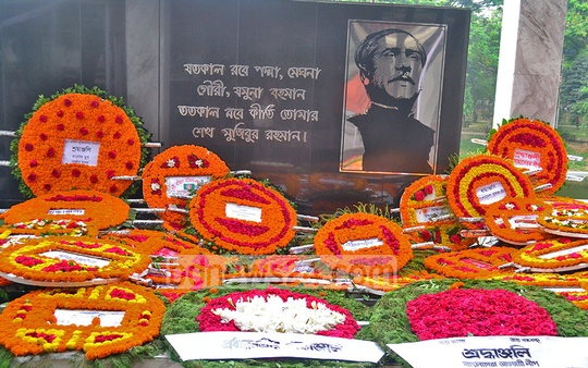 Flowers laid on the image of the Father of the Nation outiside the Bangabandhu Museum in Dhanmondi on the occasion of Mujibnagar Day. Photo: bdnews24.com