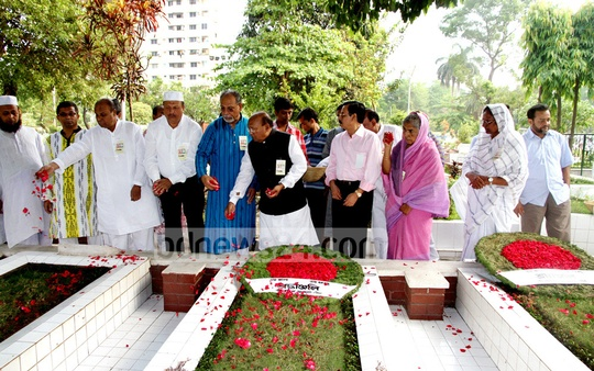 Awami League leaders pay respect at the graves of the Mujibnagar government's prime minister Tajuddin Ahmed, finance minister M Mansur Ali and home minister AHM Qamaruzzaman on the occasion of Mujibnagar Day at the Banani graveyard. Photo: bdnews24.com
