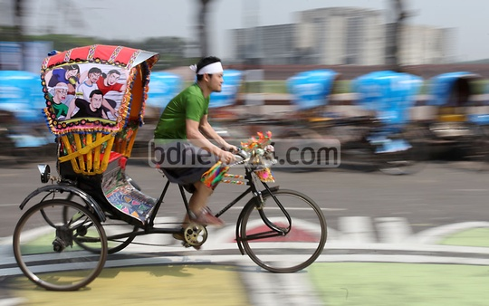 Five Japanese citizens participate in the Rickshaw Race at the second 'Dhaka Rickshaw Fiesta Week' at Manik Mia Avenue in Dhaka on Friday. Photo: asaduzzaman pramanik/ bdnews24.com