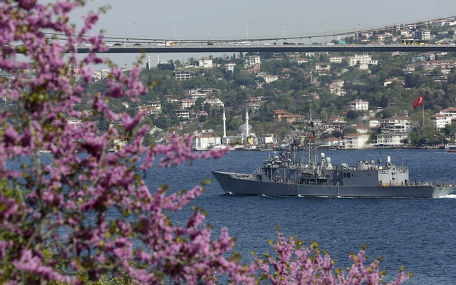 US Navy frigate USS Taylor sets sail in the Bosphorus, on its way to the Black Sea in Istanbul April 22, 2014. REUTERS