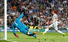 Real Madrid's Karim Benzema (R) kicks into goal as Bayern Munich goalkeeper Manuel Neuer (L) dives in the semi-final match of the Uefa Champions League at the Santiago Barnabeu Stadium in Madrid, Spain April 24, 2014. Photo: Reuters