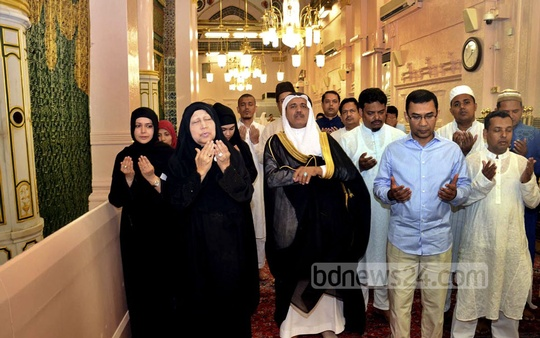 BNP Chairperson Khaleda Zia, along with her son Tarique Rahman visits the shrine of Prophet Muhammad in Saudi Arabia's Medina on Monday. Photo: bdnews24.com