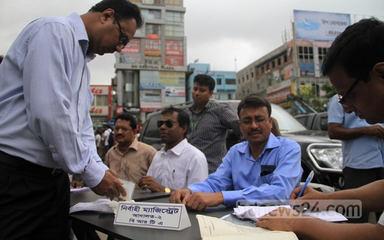 BRTA deploys mobile courts at one of Dhaka's busiest spots, Farmgate on Tuesday. Photo: asif mahmud ove/ bdnews24.com