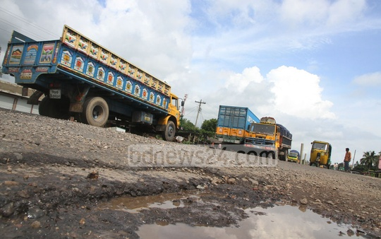 Potholes on the Dhaka-Chittagong highway, reason enough for accidents during the huge traffic rush ahead of and during the Eid holiday, at Sitakunda, on Wednesday.Photo: suman babu/ bdnews24.com