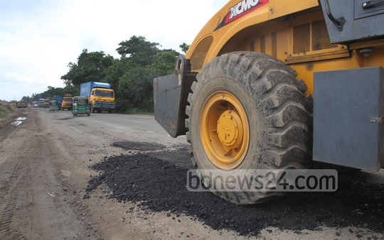 As part of the communication ministry's drive to keep highways fit for the Eid traffic, workers repair the Dhaka- Chittagong highway at Shitakunda on Wednesday.Photo: suman babu/ bdnews24.com