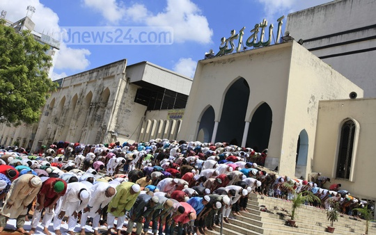 Muslim devotees attend Jumatul Wida, the last Juma prayers in the month of Ramadan, at the Baitul Mukarram National Mosque in Dhaka. Photo: asaduzzaman pramanik/ bdnews24.com