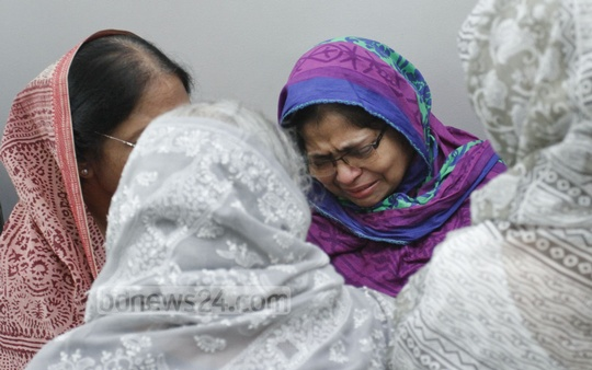 Rowshan Nahar Munira Khatun Beauty, sister of veteran journalist and former MP AN Mahfuza Khatun Baby Maudud, breaks down in tears after her death at United Hospital in Dhaka. Photo: tanvir ahammed/ bdnews24.com