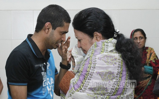 Shafiul Hasan Dipto, son of veteran journalist and former MP AN Mahfuza Khatun Baby Maudud, breaks down in tears after his mother's death at United Hospital in Dhaka. Photo: tanvir ahammed/ bdnews24.com
