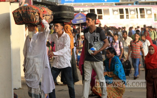 Homeward-bound people throng Mohakhali bus terminal on Sunday. Photo: asif mahmud ove/ bdnews24.com