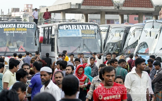 Homeward-bound people throng Saidabad bus terminal on Sunday. Photo: tanvir ahammed/ bdnews24.com