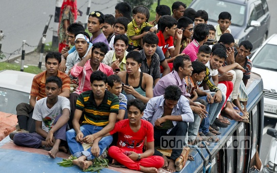 At the risk of their lives, people on to the roofs of buses to head home for Eid. Photo: tanvir ahammed/ bdnews24.com