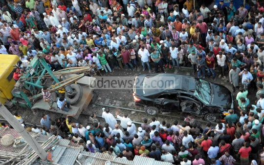 A private car was smashed by a train in Malibagh on Friday afternoon. Photo: bdnews24.com