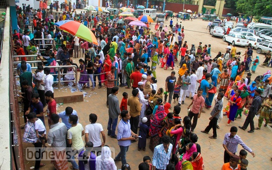 Visitors throng Mirpur Zoo on Friday. Photo: asif mahmud ove/ bdnews24.com