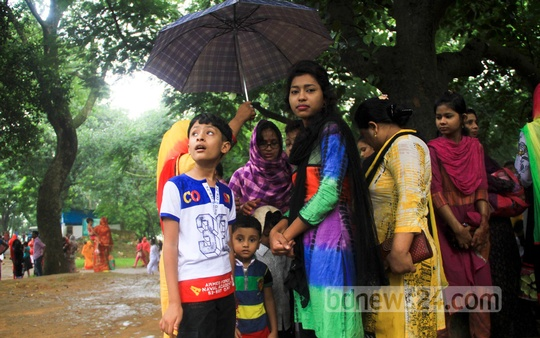 Eid holiday flavour continues; people throng Mirpur Zoo on Friday despite the rain. Photo: asif mahmud ove/ bdnews24.com