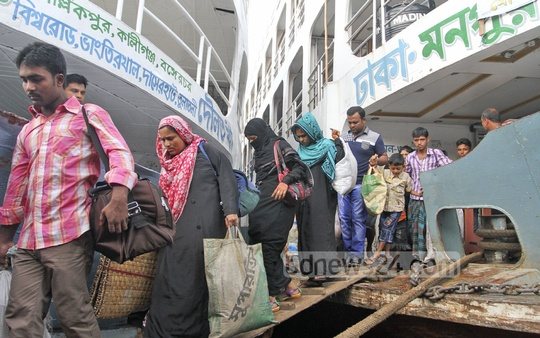 Dhaka residents begin returning to the capital after celebrating Eid, as seen at Sadarghat Launch Terminal on Friday. Photo: nayan kumar/ bdnews24.com