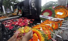 The mural of the Father of the Nation, Bangabandhu Sheikh Mujibur Rahman, at Dhanmondi 32 is covered with flowers on National Mourning Day on Friday. Photo: nayan kumar/ bdnews24.com