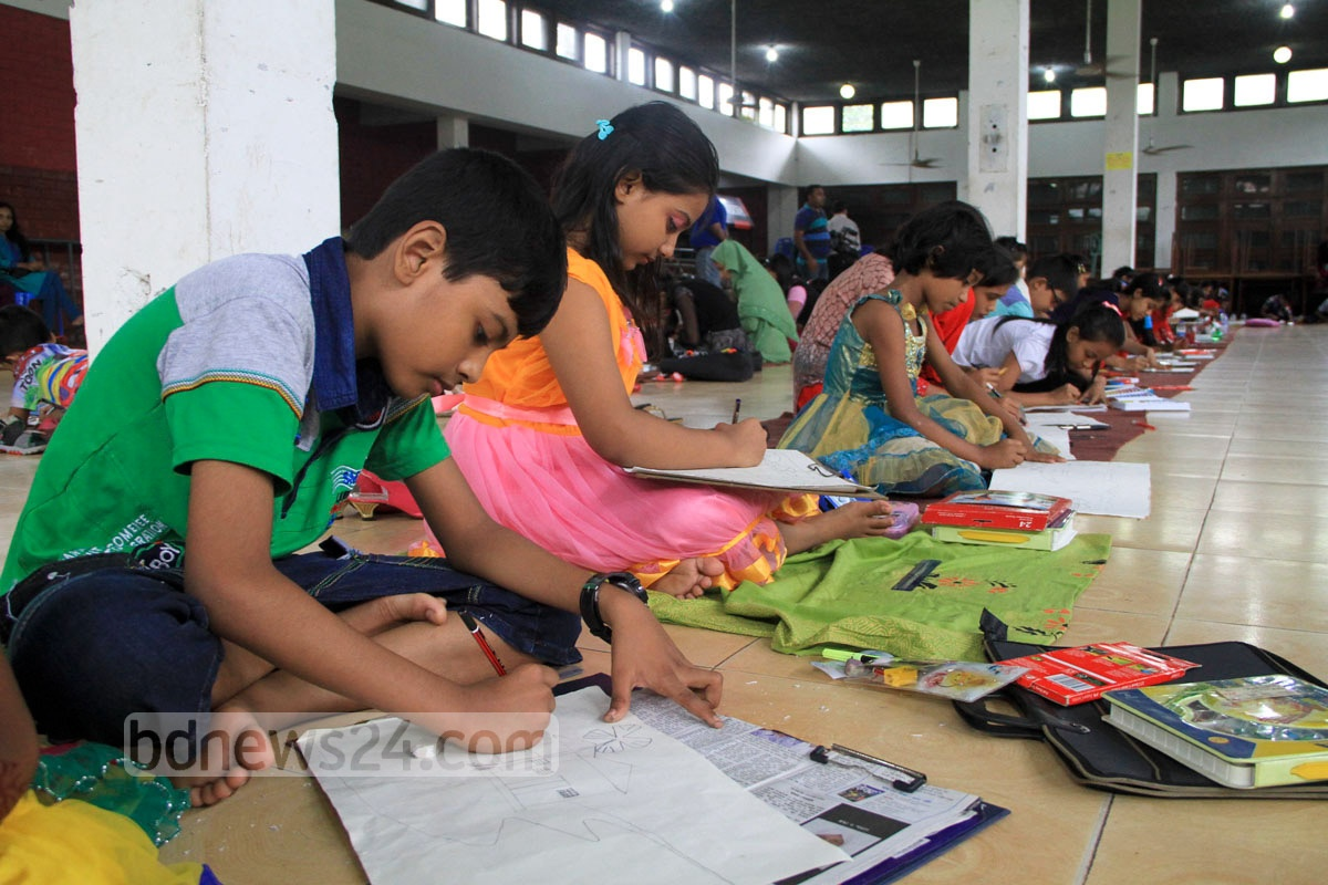 Children participate in an art competition organised by Sheikh Rasel Shishu Sangsad to mark National Mourning Day at Dhaka University on Saturday. Photo: asif mahmud ove/ bdnews24.com