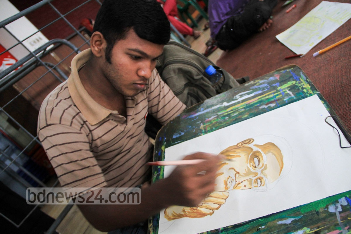A young artist draws Nation's Founder Sheikh Mujibur Rahman in a competition held at Dhaka University's TSC to commemorate the day he was murdered along with members of his family. Photo: asif mahmud ove/ bdnews24.com
