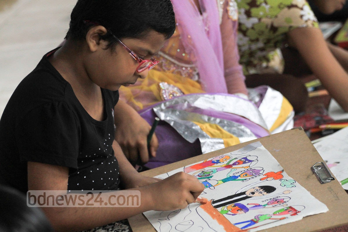 A child participate in an art competition organised by Sheikh Rasel Shishu Sangsad to mark National Mourning Day at Dhaka University on Saturday. Photo: asif mahmud ove/ bdnews24.com
