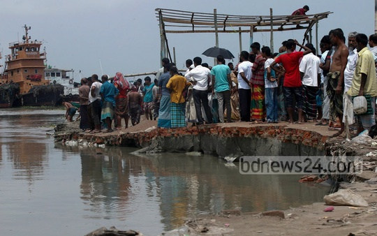 Ferry services stop for 11 hours at Mawa terminal from Tuesday night following erosion on the banks of Padma River. Photo: bdnews24.com