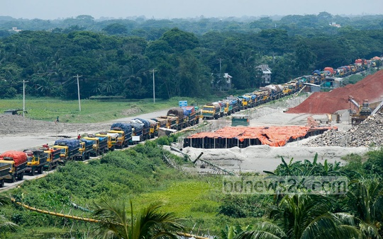 A giant tailback of trucks on the Mawa-Kewrakandi road on Wednesday morning after ferry services at the Mawa terminal stop Tuesday night. Photo: bdnews24.com