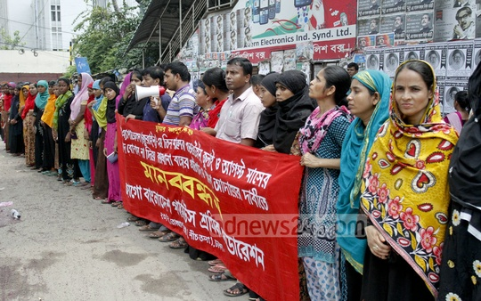 Jurain-based Fateha Apparel's workers form a human chain in front of the National Press Club to demand unpaid Eid bonus and salary. Photo: tanvir ahammed/ bdnews24.com