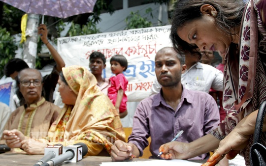 People sign a mass petition against the demolition of two primary schools in Dhaka in front of the Shamajik Shikkhakendra Government Primary School on Bailey Road on Thursday. Photo: tanvir ahammed/ bdnews24.com