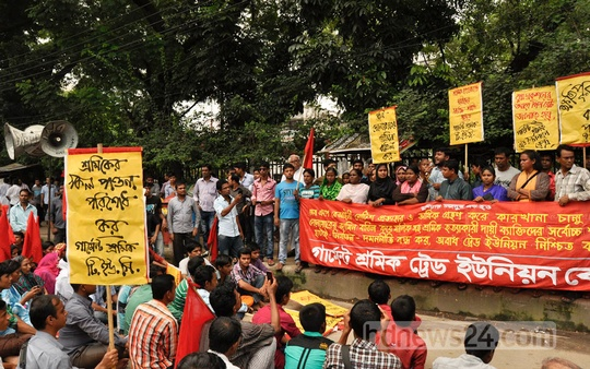 Workers' group Garment Shramik Trade Union Kendra protests in front of the National Press Club on Friday demanding that the factories of Tuba Group reopen. Photo: bdnews24.com