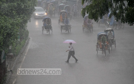 Heavy rain drenches the capital at the beginning of autumn on Saturday. Photo: asif mahmud ove/ bdnews24.com