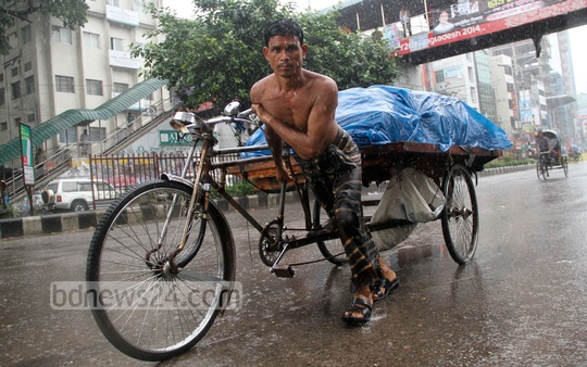 People in Dhaka suffer due to a heavy rain on Saturday. Photo: asif mahmud ove/ bdnews24.com