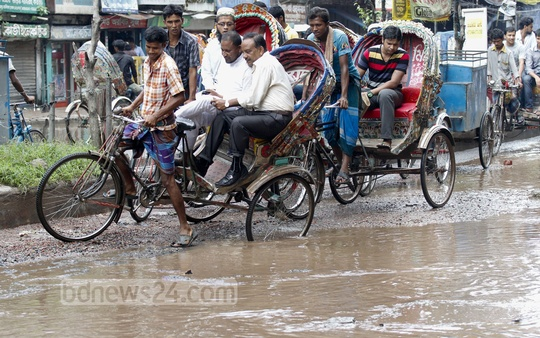 Dhaka's Mouchak-Malibagh road is inundated after a heavy rain on Saturday, causing suffering to commuters. Photo: tanvir ahammed/ bdnews24.com
