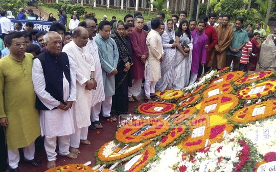 Awami League leaders pay tribute at the grave of poet Kazi Nazrul Islam at Dhaka University Central Mosque premises on the occasion of his 38th death anniversary on Wednesday. Photo: bdnews24.com