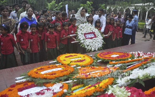 People flock to pay tribute at the grave of poet Kazi Nazrul Islam at Dhaka University Central Mosque premises on the occasion of his 38th death anniversary on Wednesday. Photo: bdnews24.com