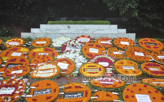 The grave of national poet Kazi Nazrul Islam is covered with floral wreaths on his 38th death anniversary on Wednesday. Photo: bdnews24.com