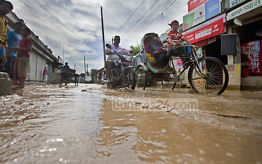 A waterlogged road in Dhaka's Nandi Para after a spell of rain on Thursday morning. Photo: nayan kumar/ bdnews24.com
