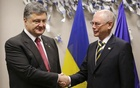 Ukrainian President Petro Poroshenko (L) shakes hands with European Council President Herman Van Rompuy, prior to an EU summit at the European Council building in Brussels, August 30, 2014. Credit: Reuters