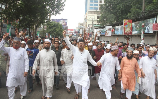 A procession protests against the murder of Islami Front leader Nurul Islam Farooqi at Chittagong's GEC area during the countrywide eight-hour general strike by Islami Chhatra Sena on Sunday. Photo: suman babu/ bdnews24.com